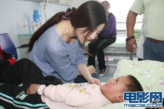"""16日,范冰冰救助的阿里地区首批先天性心脏病患儿,在阿里红十字会的护送下顺利抵达北京,即将接受范冰冰""""爱里的心""""慈善项目的救助。而范冰冰本人也在第一时间前往接收医院探望。除了带来关心和一点自己准备的小心意之外,恰逢当天生日的范冰冰还收到了孩子们亲手制作的一份别具意义的生日礼物。"""