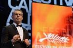 兰伯特·威尔森主持戛纳开幕 登台发言表情丰富