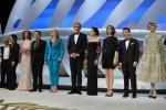 戛纳开幕现场星光熠熠 评委会成员集体登台亮相