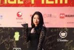 在众韩剧中频频扮演神经大条少女的朴信惠,却以黑色蕾丝镂空透视包身长裙玩起极致性感,烈焰红唇配以大波浪长发,妩媚娇艳惊艳红毯。
