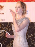 妮可·基德曼银色长裙星光璀璨 红毯现场送飞吻