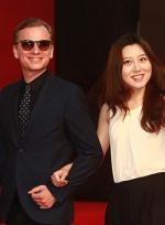 《外交秘闻》剧组亮相影节红毯 微笑挥手显亲和