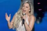Lady GaGa现场精彩献声 白色长裙高贵端庄优雅