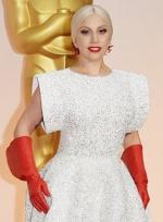 Lady GaGa白色礼服现身红毯 手套造型似洗碗女工