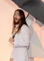 杰瑞德·莱托亮相奥斯卡红毯 个性十足撑伞入场