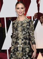 Marchesa设计师乔治娜·查普曼现身 长裙优雅性感
