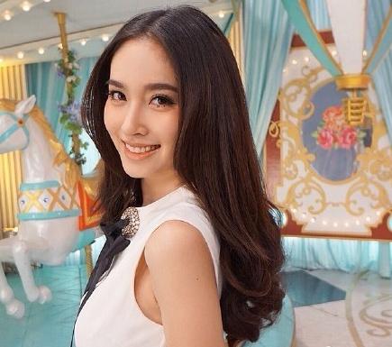 泰国最美变性人Poy现身 长发披肩柔美性感(图