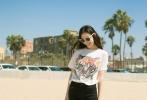 近日,倪妮在自己微博上曝光了一套图片,她光脚漫步在沙滩上,身着一件虎头T恤,显得非常随性自然。