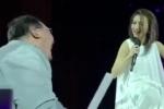 戴佩妮邀歌迷互动遭遇笑场 韩寒做表情包神回复