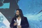 """11月18日,DC全新超级英雄电影《海王》中国首映礼在北京举行。导演温子仁携男、女主角杰森·莫玛、艾梅柏·希尔德亮相,引爆粉丝热情。在电影中拥有号令群鲨神力的""""海王""""也在现场收获了一份神秘的东方礼物——精美锦鲤瓷瓶,秒变""""最强锦鲤""""。"""
