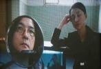 """近日,周迅、岩井俊二拍摄的封面大片""""画外""""曝光。在真实与虚拟交叠之间,用变幻的光影描幕一出银幕之诗,尽显满满故事感。"""