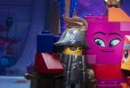 """由华纳兄弟影片公司出品,《蜘蛛侠:平行宇宙》金牌班底倾力打造的现象级爆笑动画《乐高大电影2》将于3月22日登陆全国院线!在近日曝光的""""宇宙寻开心""""版预告中,为营救被神秘外星人劫走的女友露西、蝙蝠侠等末日之城居民,艾米特毅然孤身踏上未知冒险旅途。然而在神秘梦幻的西斯塔星系,被""""绑架""""的居民们却与萌态百出的外星人碰撞出奇妙的火花。友善的表面下是否暗藏阴谋?艾米特的营救之旅又将如何收场?3月22日,相约乐高世界,宇宙探险神秘未知,营救计划妙趣横生!"""