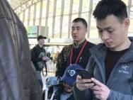吴京手拿拐杖坐轮椅现身机场 表情严肃疑似腿受伤