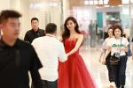 林志玲抹胸红裙性感出席活动 与老板握手超可爱