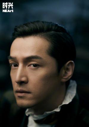 胡歌时尚大片演绎贵族绅士 光影交错呈现电影质感