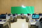 在《流浪地球》成为现象级国产科幻电影后,日前又一部航天科幻题材作品《重回地球》开机热拍。5月19日,该片首度开放媒体探班,导演王子鸣及主演任达华、于文文先后出现在片场。