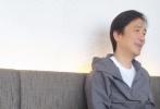 """5月18日,有网友在日本偶遇梁朝伟,并拍到他笑容满面与旁边友人聊天的样子,并留言表示:""""出来喝茶偶遇男神坐我旁边桌,想想表(不要)打扰人家,默默偷拍几张算了,最搞笑的是喝完茶我站起来走了,最后回头看一眼才发现,坐他对面坐我手的人居然是张学友!"""""""