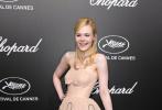在近日举办的72届戛纳电影节上,史上最年轻的评委艾丽·范宁在参加活动期间竟当场晕倒,她在情况好转后在社交平台上报平安,称并无大碍,是因为裙子太紧加上来例假。