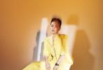 5月23日,某杂志曝光了一组马思纯的时尚大片,照片里马思纯装扮超A,一头利落短发,配上西装长靴,攻气十足,利落的妆容衬托出脸部的轮廓,十分吸睛。