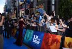"""5月27日,章子怡出演的好莱坞巨制《哥斯拉2:怪兽之王》在日本东京迎来盛大的特别首映式。章子怡刚刚结束在戛纳电影节的工作,前一晚还在戛纳颁奖,第二天就连续飞行十几小时到东京,一刻不停歇。近期从北京、洛杉矶以及戛纳连轴转,章子怡状态依旧很好,活动现场,她以一身红丝绒礼服亮相,尽显高贵典雅气质。网友称""""真是铁人,一天都不休息,而且这状态还是那么好,绝了,太能打了""""。"""