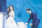"""6月3日,黄晓明、Angelababy合体现身上海出席活动。此前,二人许久未公开合体现身,不少围绕二人离婚的传言四起,甚至传出""""家暴""""的言论。昨日二人合体现身恩爱十足,力破此前的不实传闻。"""
