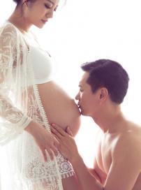 安以轩曝孕肚写真与老公甜蜜出镜 清凉性感出镜