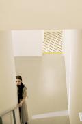 娜扎登杂志双封面 穿梭纯白空间诠释未来科技风