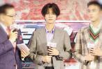 6月11日,鹿晗亮相耀客传媒发布会,为自己的新剧《穿越火线》站台。当天,鹿晗身穿格纹西装,黑色西装长裤;金边眼镜配中分卷发的造型儒雅帅气,让人耳目一新。