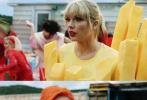 """6月17日,""""霉霉""""泰勒·斯威夫特的全新单曲《You Need To Calm Down》MV正式公开,令网友震惊的是MV中""""水果姐""""凯蒂·佩里惊喜出镜,迅速引发网友热议。"""