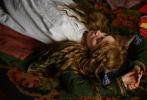 近日,《伯德小姐》导演格蕾塔·葛韦格的新片《小妇人》曝光了首波剧照。在剧照上,影片的所有演员穿着古典的服饰,在乡村中恬静的生活。看上去她们似乎绝少受到外界的侵袭和骚扰。