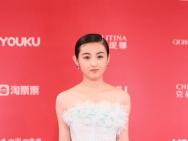 张子枫亮相上影节闭幕红毯 纯白抹胸纱裙仙气十足