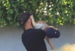 """北京时间7月9日,杰森·斯坦森出门与儿子一同出门玩耍。""""光头""""斯坦森一改往日硬汉形象,带上鸭舌帽化身儿子的""""人肉升降机"""",或是将儿子抱在怀里,或是温柔注视着萌娃嬉戏,强壮的斯坦森牵着小小只的萌娃场面十分温馨。"""