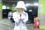7月16日,赵丽颖现身北京机场,戴着帽子口罩,身着淡色长裙,包裹严实。不过看似颖宝的身材恢复不错,腰肢纤细似少女,状态良好。