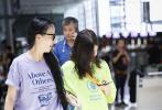 李嫣作为星二代一直都备受关注,17日,李嫣现身上海机场一身荧光绿T恤再次成为热议焦点。