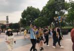 """7月20日,有网友偶遇热播剧《陈情令》中饰演""""魏无羡""""和""""江澄""""的演员肖战、汪卓成同游迪士尼,并在微博上晒出了多张照片。"""