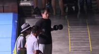 电影周花絮:成龙大哥片场边聊边锻炼 撸铁拉伸一刻不停!