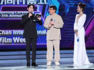 朱一龙称成龙是偶像 手机保存成龙奥斯卡获奖视频