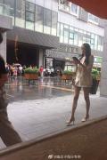 关晓彤拍新剧曝路透 OL范显成熟雨天引路人围观