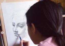 李嫣晒弹琴绘画技能淑女范十足 安静作画睫毛浓密