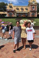 """""""小甜甜""""布兰妮与儿子们同游迪士尼 晒温馨合照"""