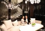 """8月7日,中国传统七夕佳节,著名钢琴家郎朗在个人微博发文:""""祝大家七夕快乐!送上一曲:《What You Mean to Me》(你对我意味着什么)。""""照片中,郎朗与老婆吉娜脸贴脸,十指紧扣,甜蜜依偎,温馨的氛围下二人共饮香槟庆祝这个浪漫的节日。"""
