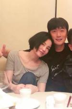 李亚鹏好友为王菲庆生 50岁寿星依偎友人肩头灿笑