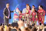"""当地时间8月11日,美国,众明星出席""""青少年选择奖"""",在漫威系列电影中饰演""""钢铁侠""""的演员小罗伯特·唐尼受邀出席。尼尼一身黑红格纹西装,内搭""""骚气""""的紫色T恤,架着茶色墨镜帅气现身,与一众身穿""""钢铁侠""""铠甲的孩子们同台领奖。"""
