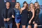 当地时间8月13日,美国好莱坞,电影《鲨海47:猛鲨出笼》首映礼。史泰龙三女儿史家蕾·史泰龙、西斯廷·史泰龙、苏菲亚·史泰龙合体亮相,三姐妹颜值爆表,一家五口同框画面超养眼。