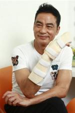 任达华右手手指恐留永久性刀疤 难以完全康复