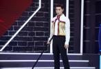 8月18日,杨洋现身上海出席电视剧《全职高手》见面会,与该剧众主创再聚首,戏里与戏外相连、打破次元壁的互动十分精彩。