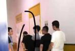 8月19日,有网友在微博晒出偶遇王一博考科目四的照片。照片中,王一博身穿黑色T恤,搭配军绿色迷彩长裤,酷帅十足。素颜的王一博头戴棒球帽,口罩遮面十分低调。