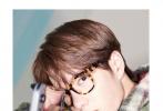 """8月19日,王一博为《时尚芭莎》拍摄的九月别册封面曝光。封面大片呈现出一种变形的效果,耶啵弟弟深邃冰冷的眼神,令人产生距离感,也恰好呼应别册的拍摄主题""""今日不营业""""!"""