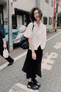 刘雯白衬衫配黑裙子似学生 素面朝天笑容灿烂