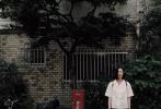 """8月21日,刘雯在微博晒出九宫格,配文:""""微风拂面秋已至""""。照片中,她身着白色衬衫和黑色过膝裙,背着黑色双肩包,身形消瘦,素面朝天清爽似学生,露出笑容灿烂,感染力十足。"""